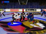 In hockey zie je volwassen brede mannen om een schijfje vechten.