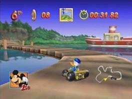 Speel op verschillende kleurrijke locaties, zoals hier in de haven.