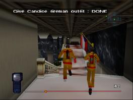 Trek vermommingen aan, zoals dit brandweerkostuum, om niet op te vallen.