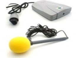 Kwam meestal gebundeld met een microfoon, die aan te sluiten is aan de voorkant van de unit.